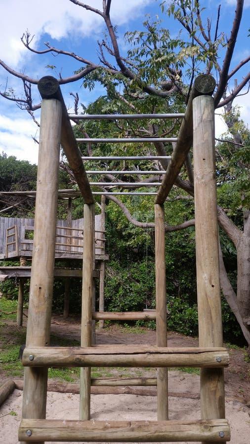 木儿童的密林健身房 免版税库存图片