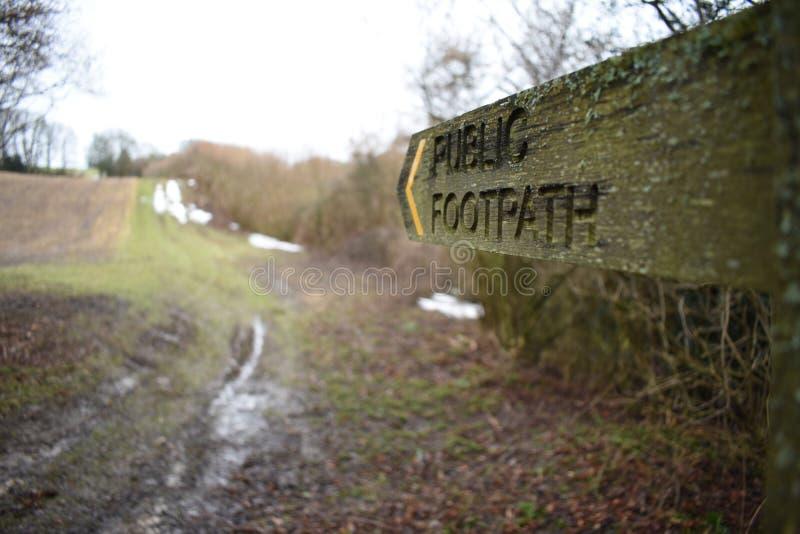木公开小径标志在一个冷的冬天早晨 免版税图库摄影