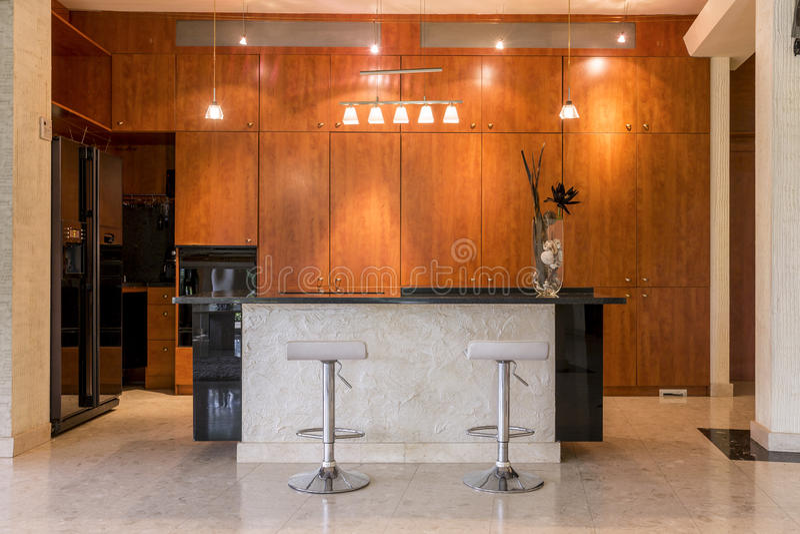 木内阁包围的厨房 免版税库存照片