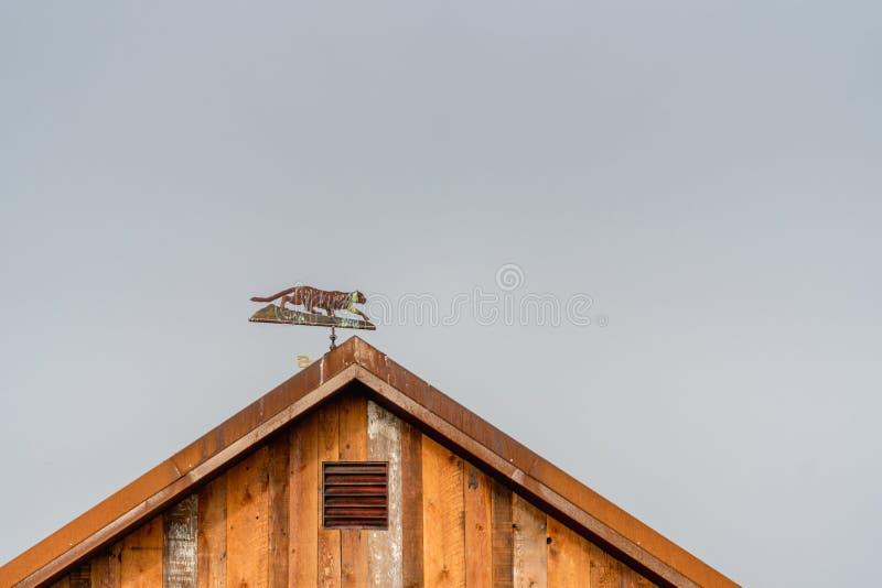 木农厂棚子,有雾的天空背景细节  免版税图库摄影
