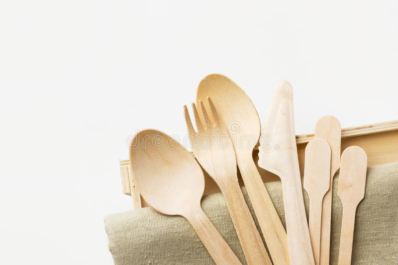 木利器捞出在米黄亚麻布白色墙壁背景的叉子刀子 零的废物塑料自由可再用生物可分解 库存照片