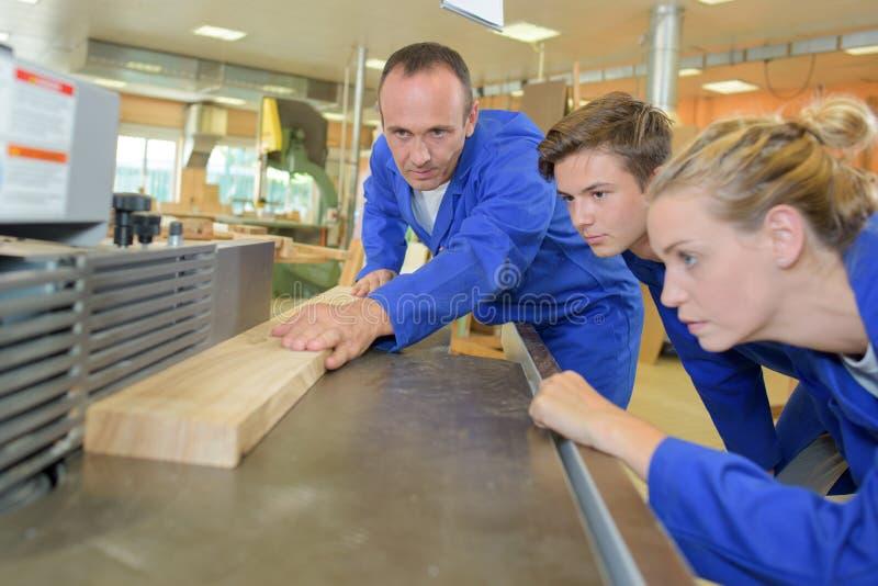 木制品培训班的小组学生 免版税图库摄影