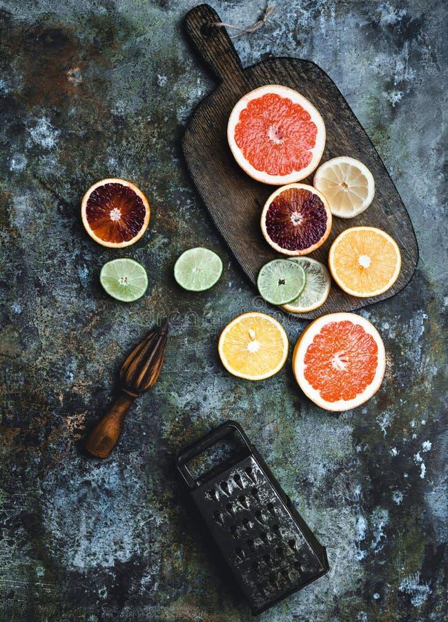 木剥削者、磨丝器、切板和切片葡萄柚、石灰、血橙和柠檬 免版税库存图片