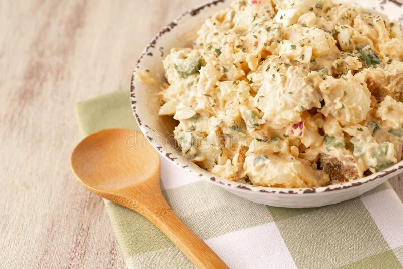 木勺土豆沙拉 库存图片