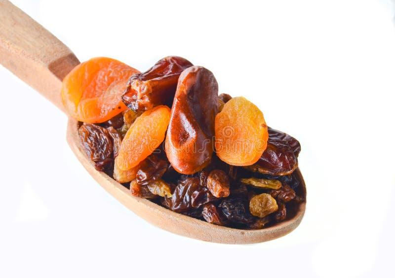 木匙子与日期,杏干,在白色背景隔绝的葡萄干 干果子 库存图片