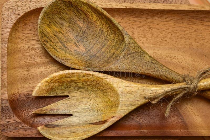 木匙子和叉子在桌木匙子在一个木板 免版税库存照片