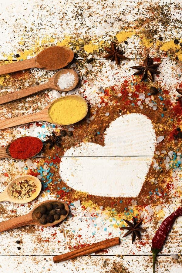 木匙子用姜黄、辣椒粉、海盐、桂香和茴香 免版税库存图片
