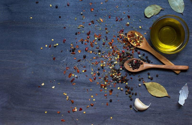 木匙子用调味品和大蒜和橄榄油 图库摄影