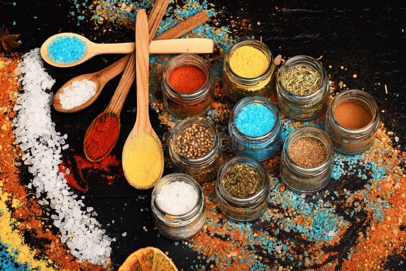 木匙子用辣椒粉、姜黄和海盐 免版税库存图片