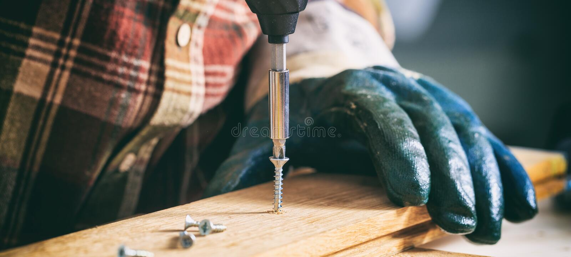 木匠与一把电螺丝刀一起使用 图库摄影