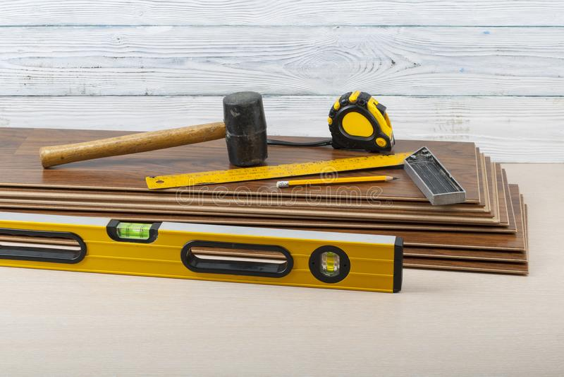 木匠业概念 在新的层压制品的地板的不同的工具 复制文本的空间 免版税库存图片