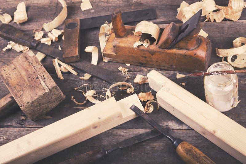 木匠业-葡萄酒在木桌上的木材加工工具 免版税库存图片
