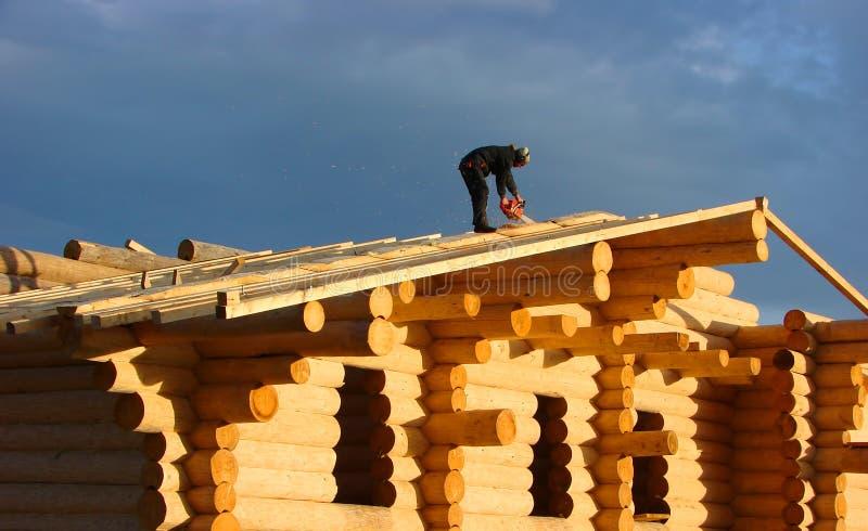 木匠在屋顶工作 库存照片