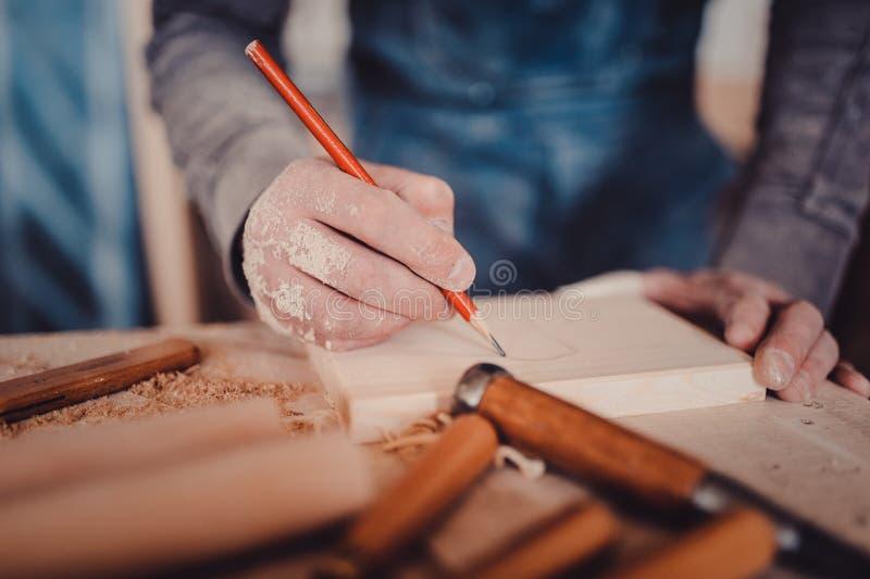 木匠在木头的标号位置 免版税库存图片