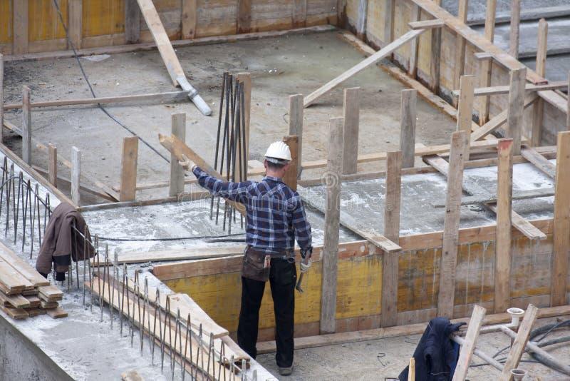 木匠在建造场所的工作 免版税库存照片
