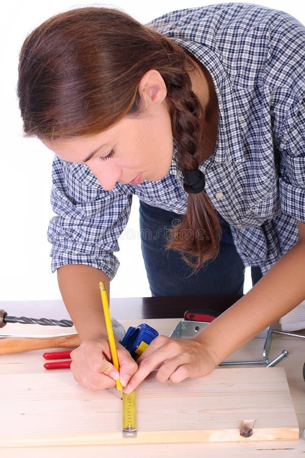 木匠妇女工作 免版税库存图片