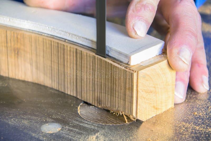 木匠工作场所 人使用看见切开木头 库存图片