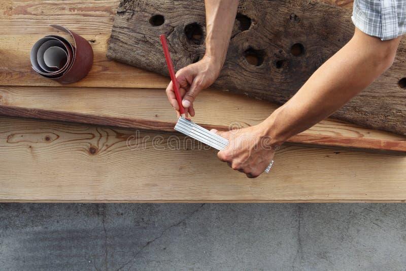 木匠工作木头,测量与米和铅笔老鲁斯 免版税库存图片