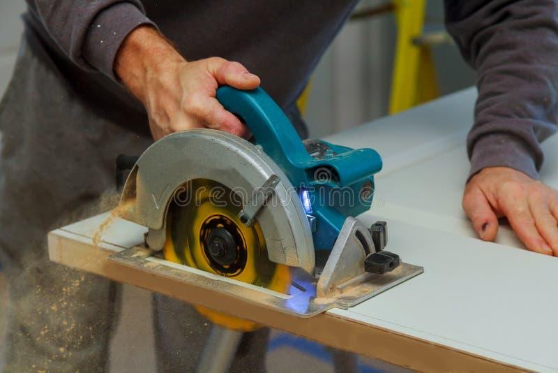 木匠工作者的特写镜头过程有圆锯的 免版税图库摄影