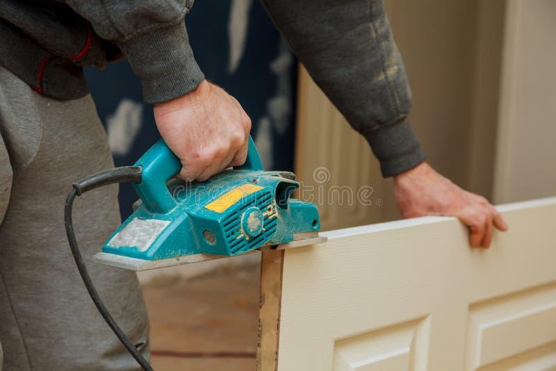 木匠工作者的特写镜头过程有圆锯的 免版税库存图片