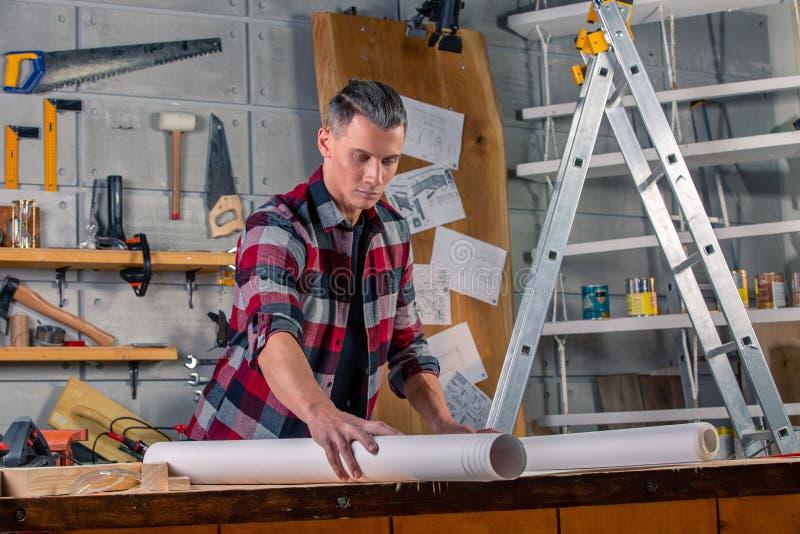 木匠工作 学习画的项目的木匠 以车间为背景 库存图片
