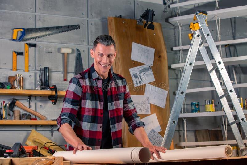 木匠工作 学习画的项目的木匠 以车间为背景 免版税库存照片