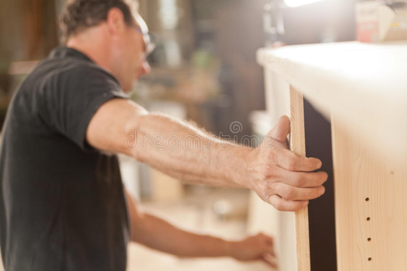 木匠的强有力的胳膊和手 库存图片