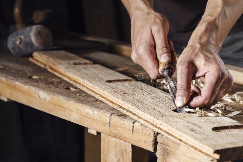 木匠递与凿子一起使用和雕刻工具 库存图片