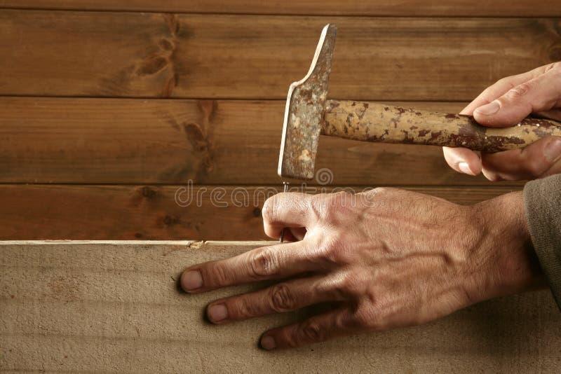 木匠锤子递钉子木头