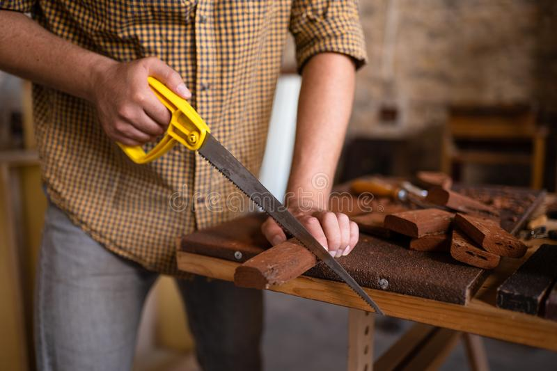 木匠锯切木头的特写镜头视图 库存图片