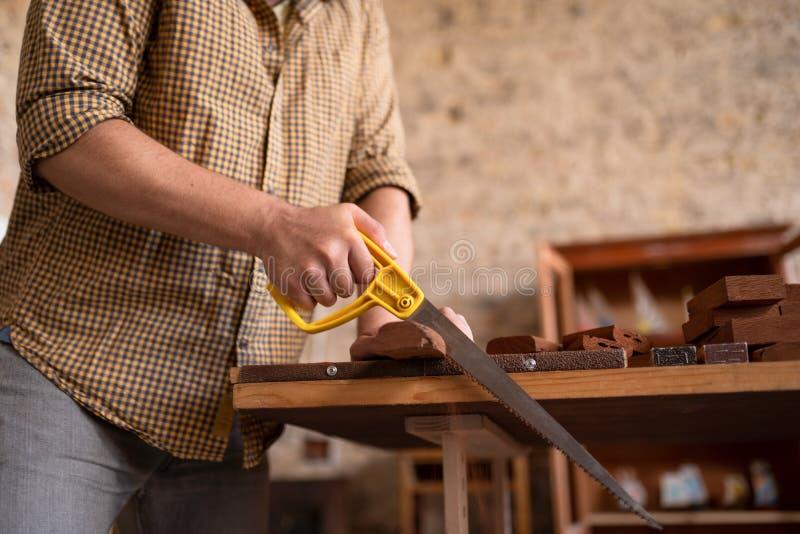 木匠锯切木头的特写镜头视图 图库摄影