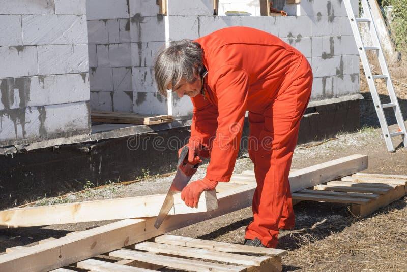 木匠锯切木材 库存图片