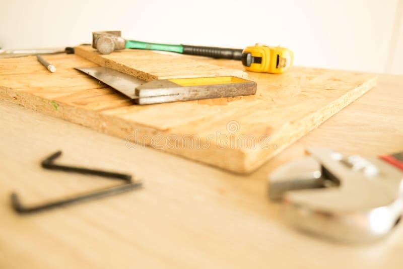 木匠` s在工具桌上的工具 免版税库存照片