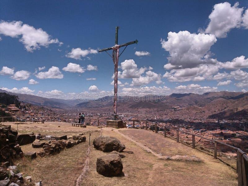 木十字架和中距离城市 库存图片