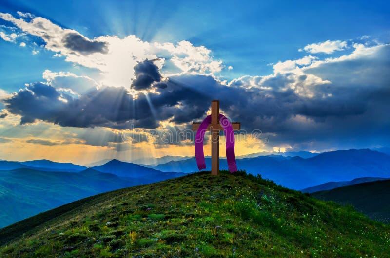 木十字架在明亮地晴朗和多云天空下 图库摄影