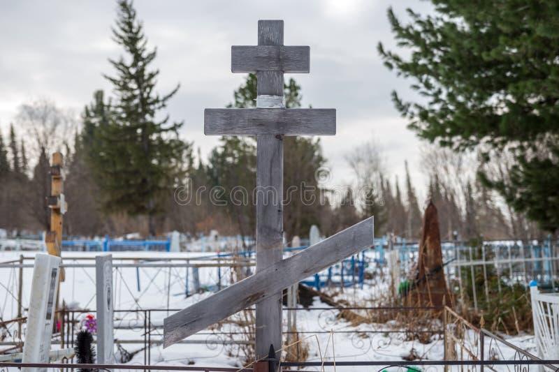 木十字架在老村庄公墓 免版税库存图片