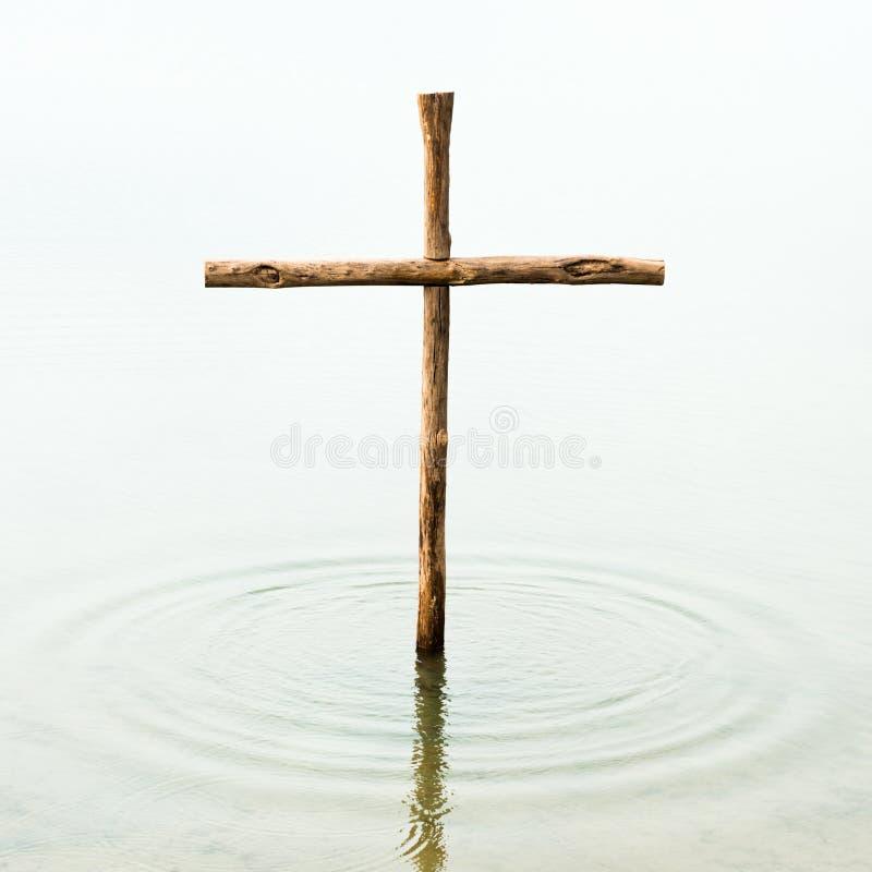 木十字架在水中 库存图片