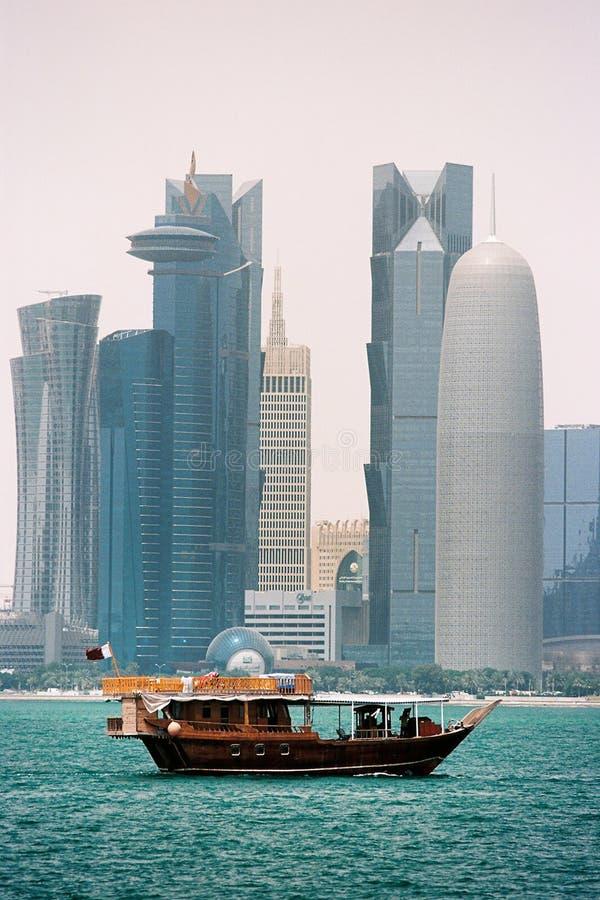 木单桅三角帆船和多哈卡塔尔塔 免版税图库摄影