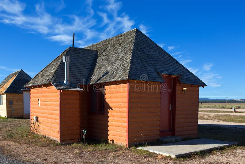 木原木小屋外视图与蓝天的 免版税图库摄影