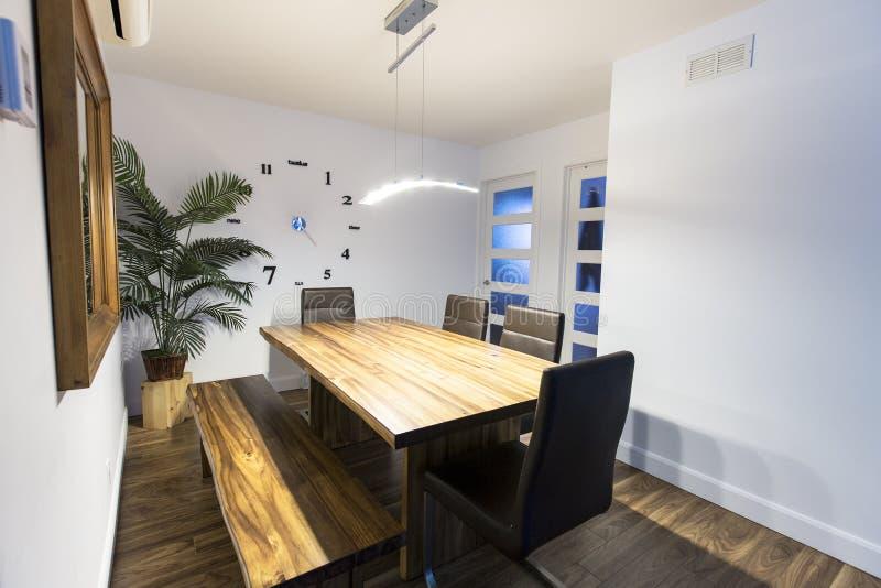 木厨房用桌,农村家庭内部 免版税库存图片