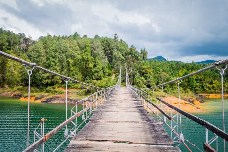 木吊桥在Guatape,哥伦比亚 免版税库存图片