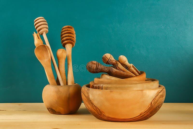 木器物 木板材,杯子,碗 在架子的盘 ?? 图库摄影