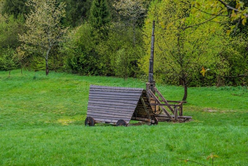 木围困武器、攻城槌和trebuchet 免版税库存照片
