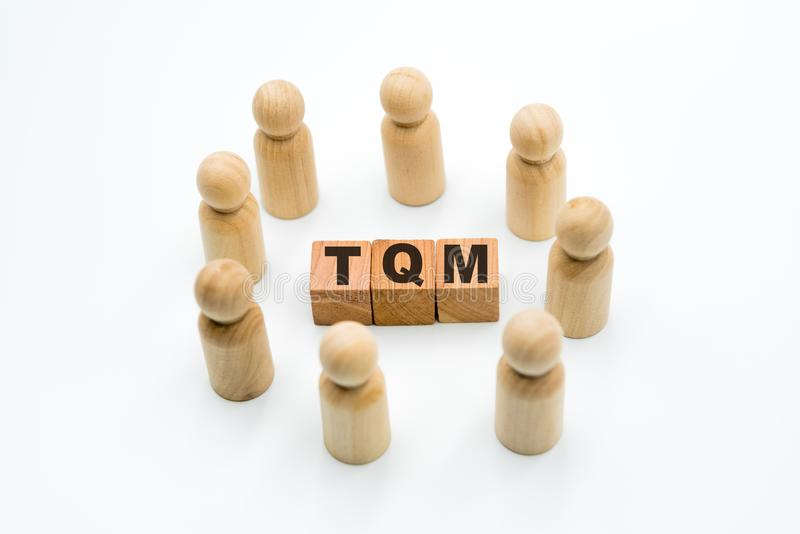 木图当在圈子的企业队在首字母缩略词TQM全面质量管理附近 图库摄影