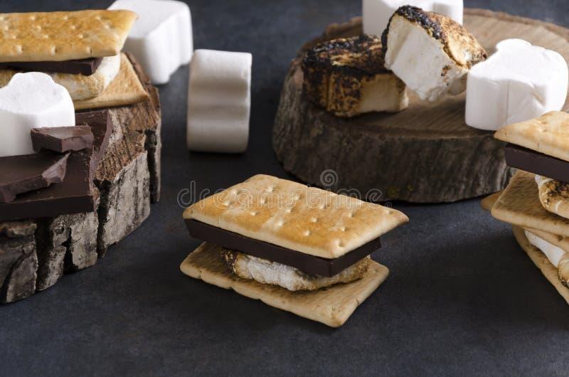 木土气表面上的S'习俗 夏令时阵营和传统快餐的概念 免版税图库摄影