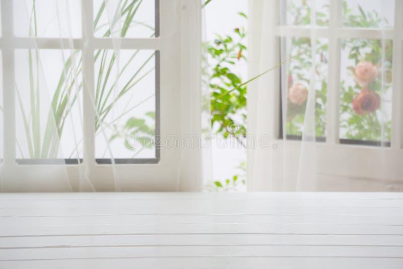 木在夏天窗口背景 免版税库存图片