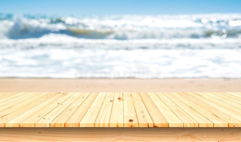木地板前景空的上面在天际热带海滩的 对产品显示 库存图片