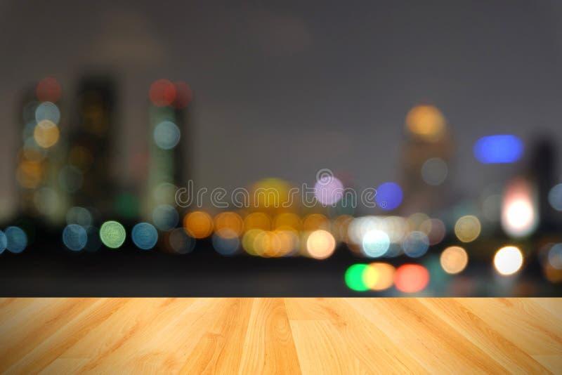 木地板和摘要弄脏了城市光,曼谷泰国 免版税图库摄影