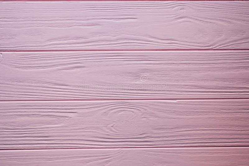 木地板纹理板条表面绘了桃红色淡色墙壁背景 免版税库存照片