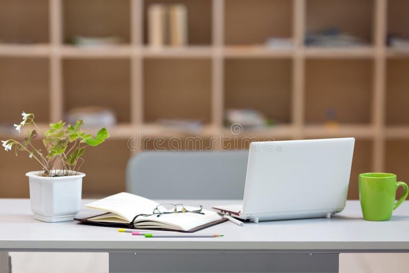 木墙壁背景的舒适工作地点 免版税图库摄影